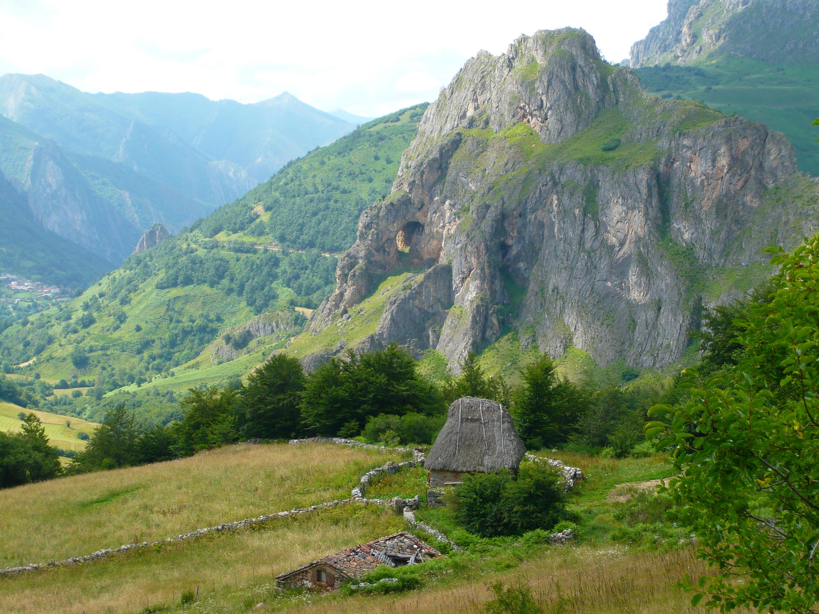 Cabana de Teito con la Peña Furada al fondo - Cómo es el Parque Natural de Somiedo