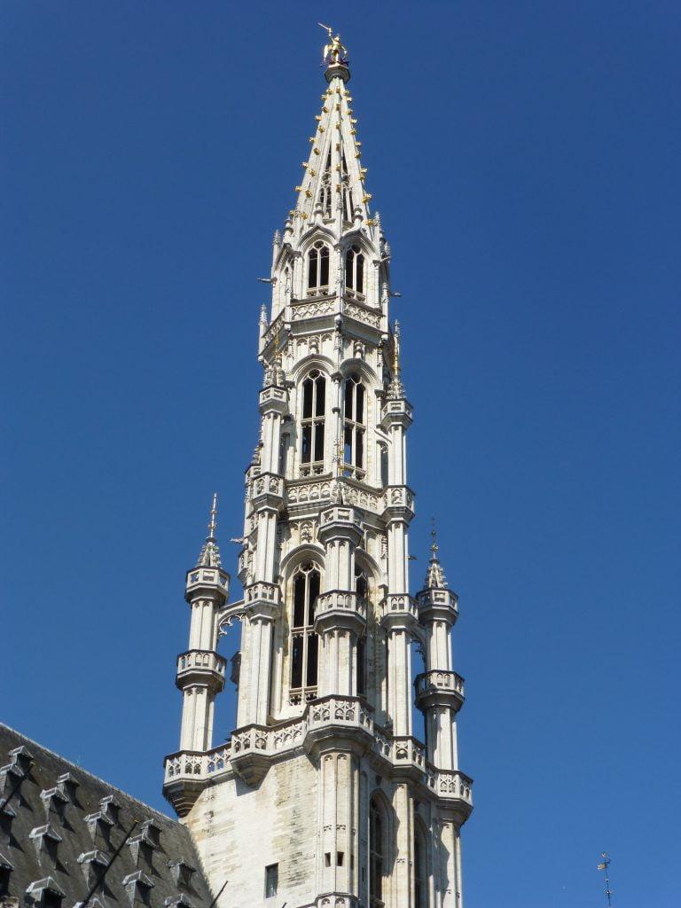 Campanario del Ayuntamiento en la Grand Place de Bruselas