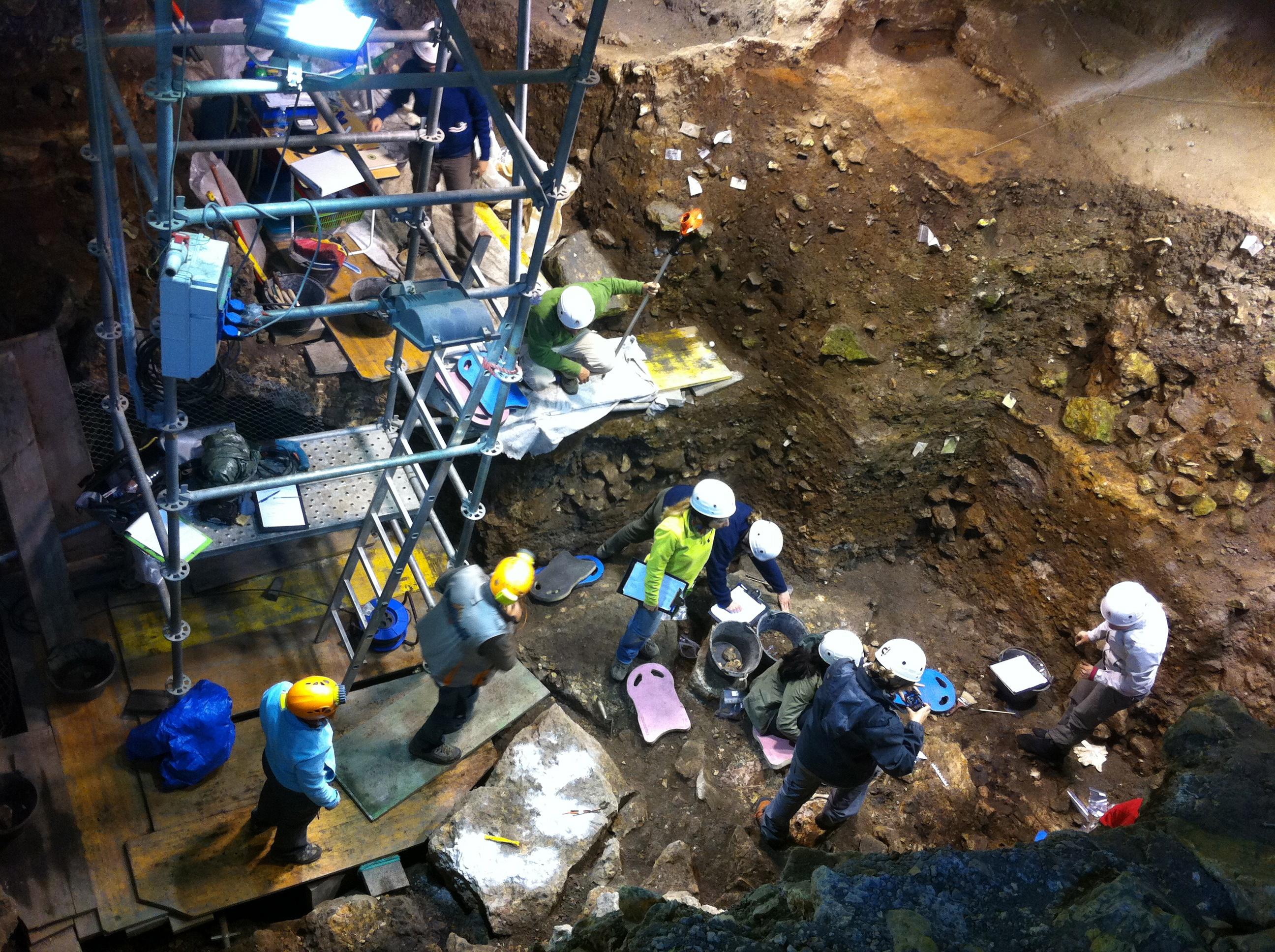 Excavación en el Portalón de Cueva Mayor