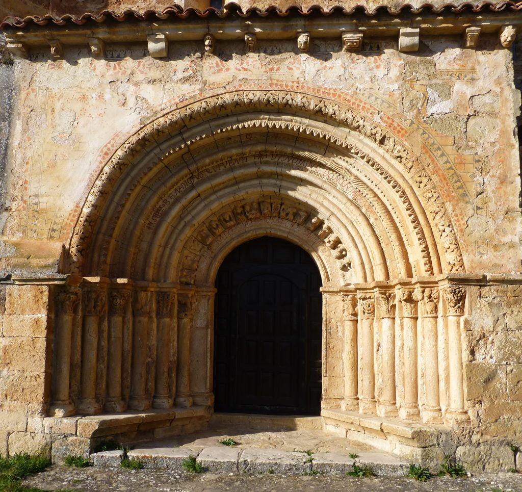 Portada de la Iglesia de Escalada - ruta por el cañón del Alto Ebro en Burgos