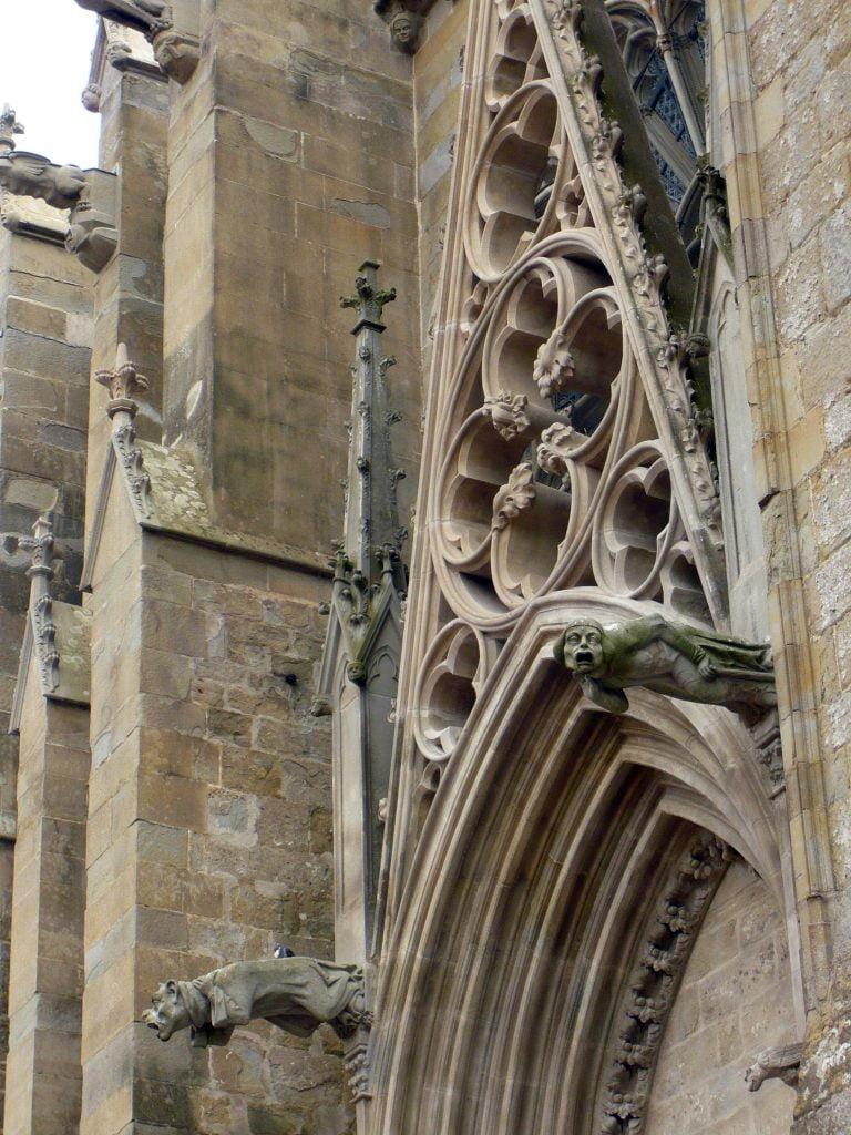 Gárgolas de la fachada de la Basílica de San Nazario - qué ver en Carcasona en un día