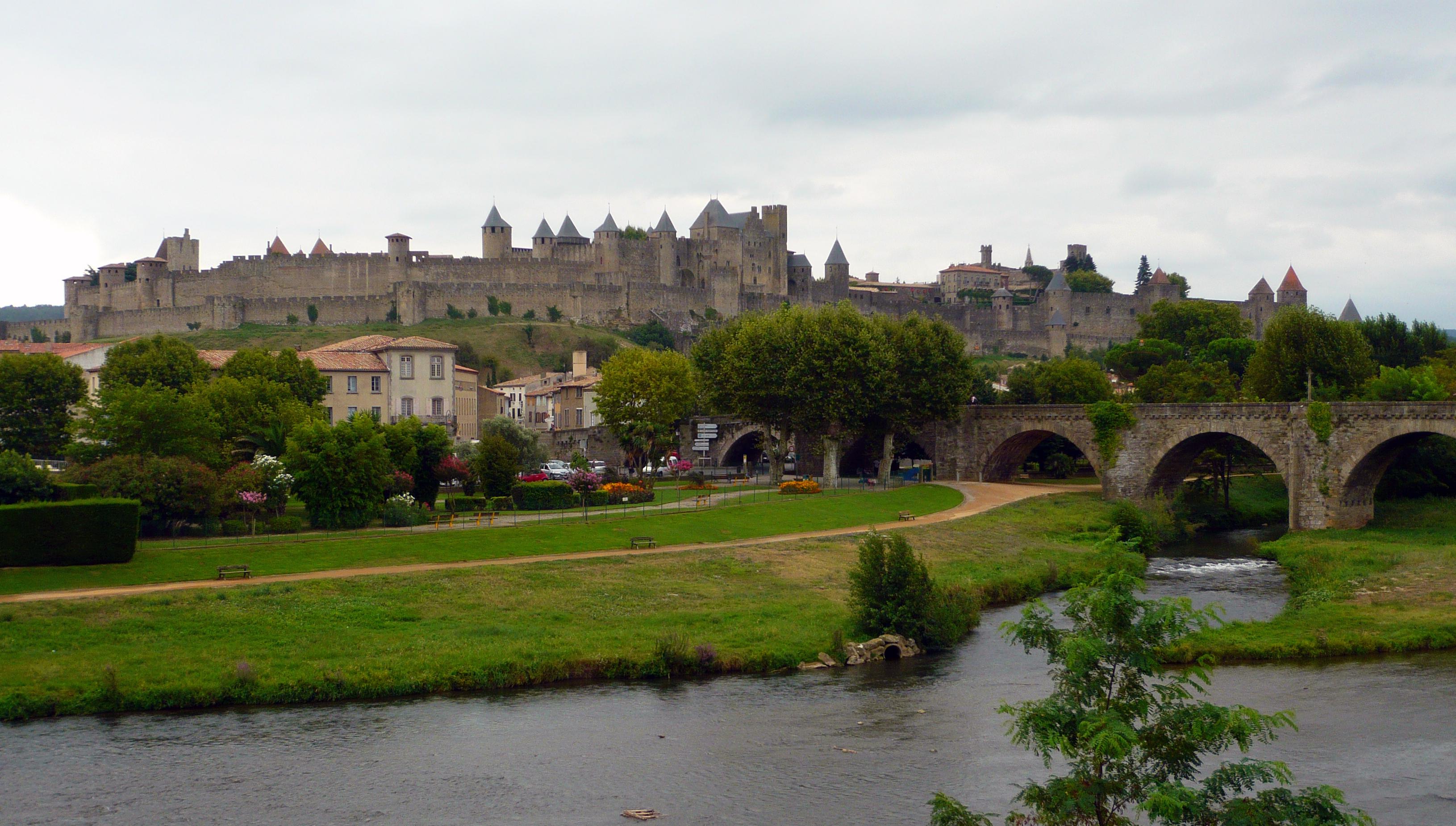 Vista de la Cité desde el río Aude con el Puente Viejo