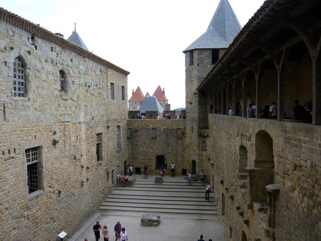 Patio de Mediodía del Castillo Condal- qué ver en Carcasona en un día