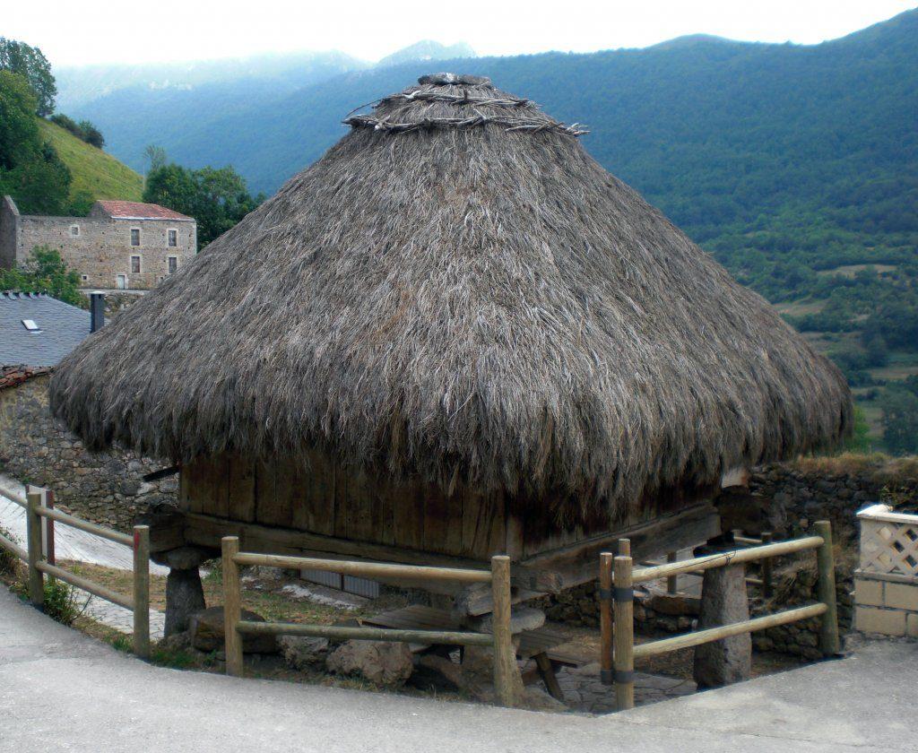 El horreo de Urría con su techumbre de teito - Rutas desde Valle de Lago