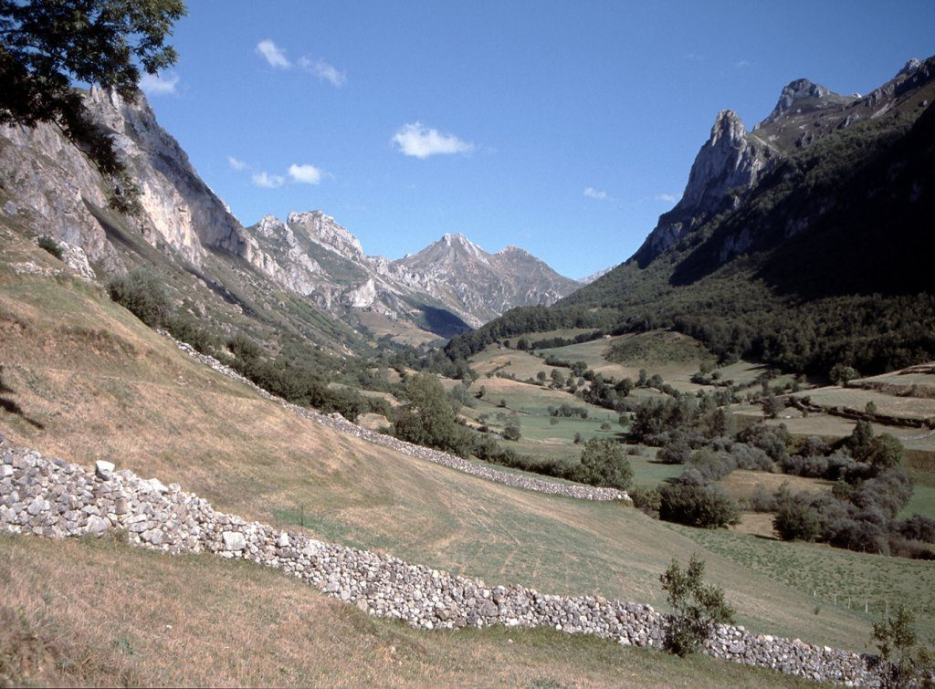 Vista del Valle del Lago con su característica forma de valle glaciar en U - Rutas desde Valle de Lago
