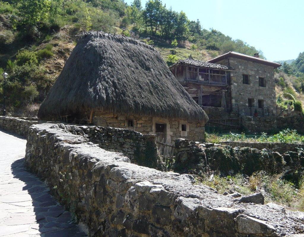 Cabanas de teito visitables en Veigas - Rutas desde Valle de Lago