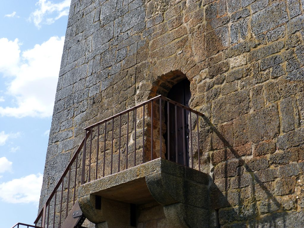 Puerta de acceso con arco de herradura mozárabe