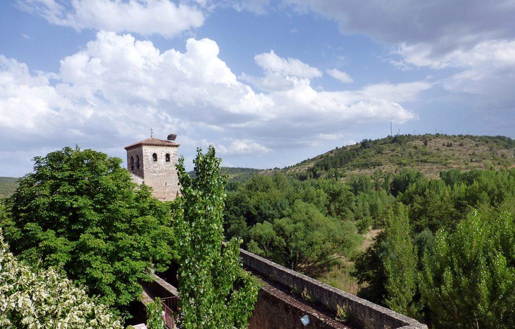Vista de la muralla desde el interior del Torreón de Fernán González