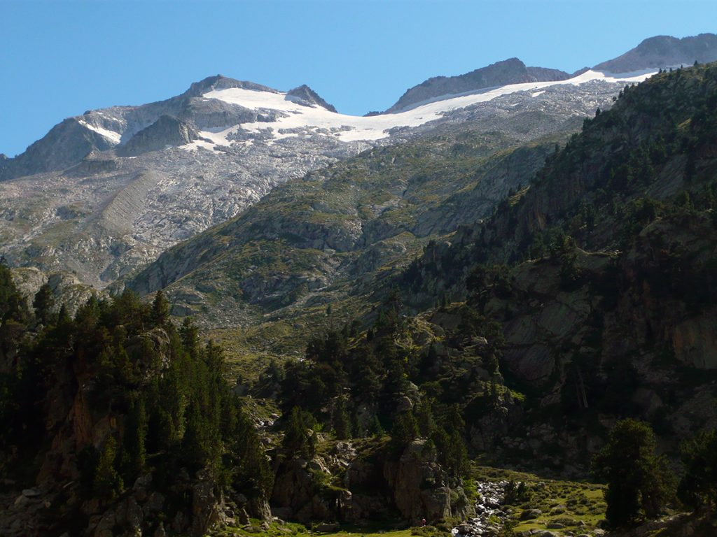 A la izquierda, el Pico Aneto y los restos de una de sus morrenas laterales desde el Valle de Benasque