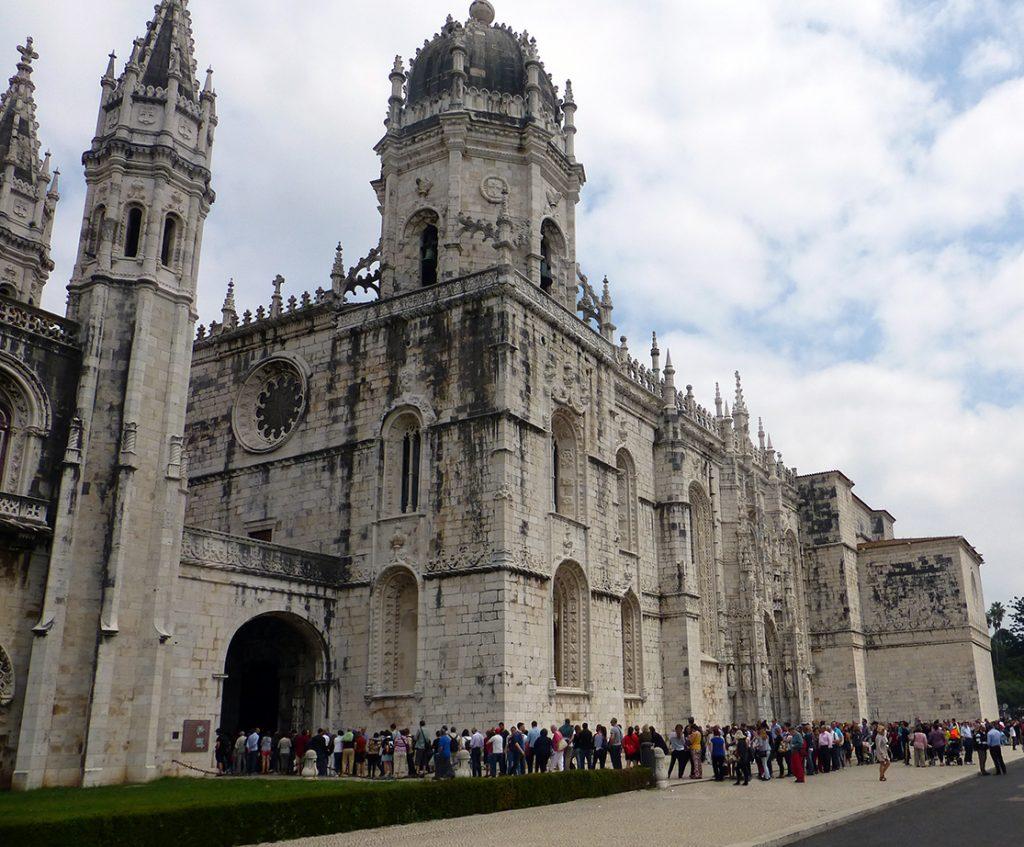 Vista del acceso a la puerta principal del Monasterio de los Jerónimos de Lisboa