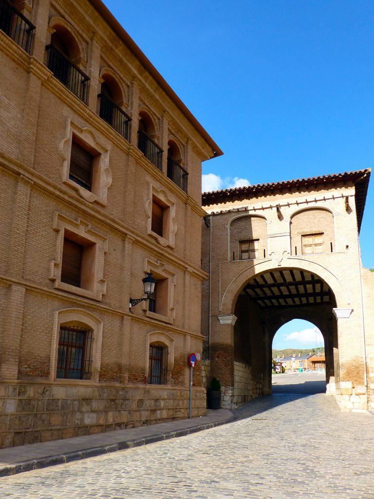 Colegio de los Escolapios y Puerta Alta al fondo, Daroca