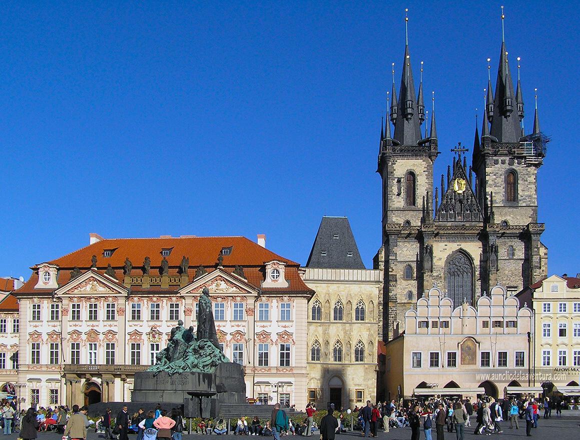 De izquierda a derecha, el Palacio Kinsky detrás del monumento a Jan Hus, la Casa de la Campana de Piedra y la Iglesia de Nuestra Señora de Tyn