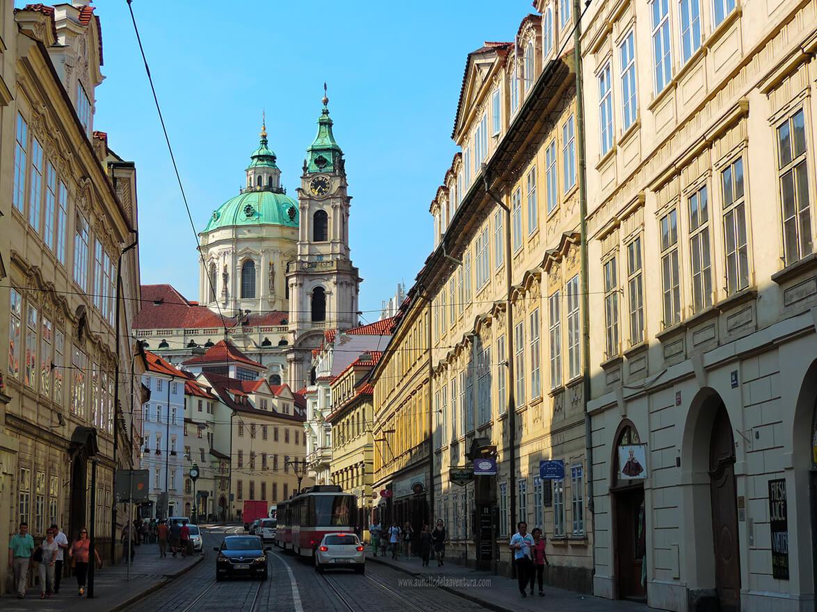 Hacia la Plaza de Malá Strana por la calle Karmelitská, al fondo se ve la Iglesia de San Nicolás