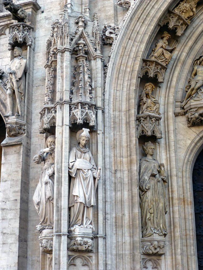 Esculturas del Ayuntamiento en la Grand Place de Bruselas