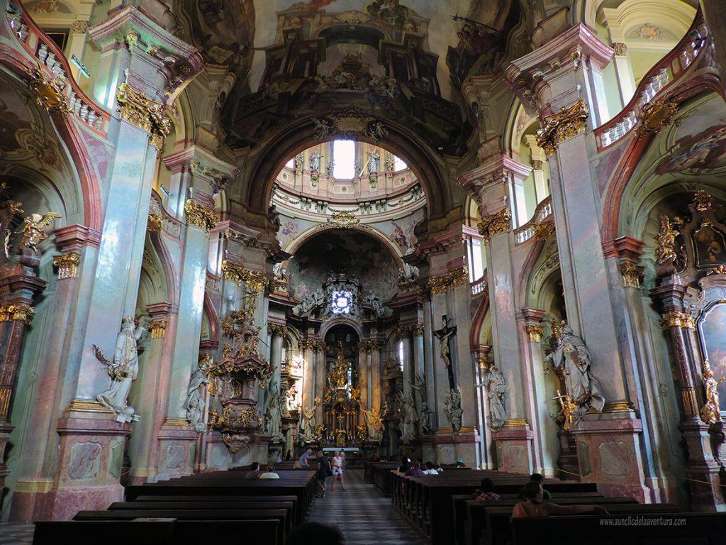 Interior de la Iglesia de San Nicolás - qué ver en el barrio de Malá Strana de Praga