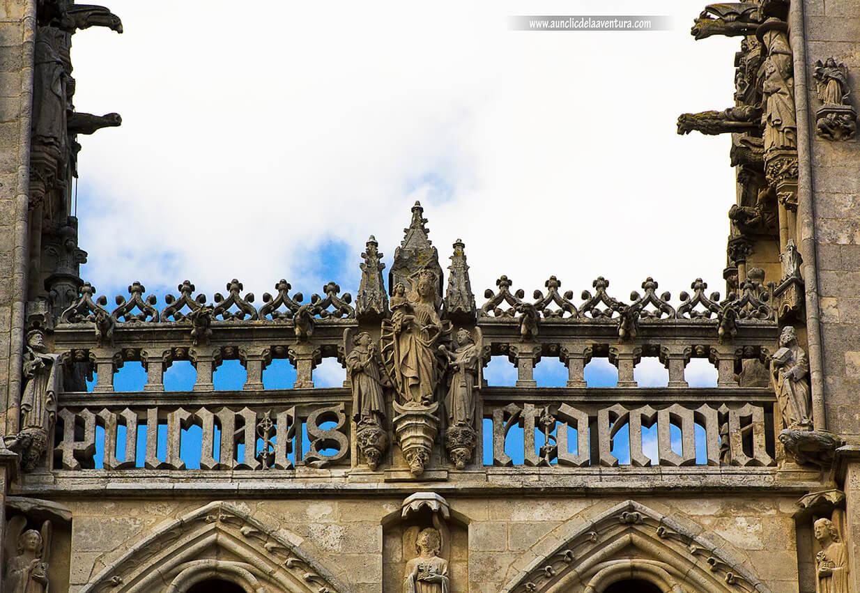 Virgen con el niño de la Portada de Santa María de la Catedral de Burgos
