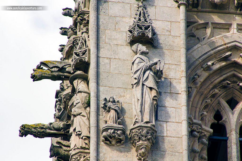 Obispo Alonso de Cartagena en la Portada de Santa María de la Catedral de Burgos