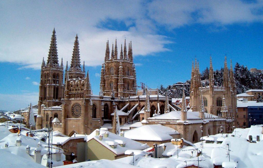 Vista de la Catedral de Burgos nevada desde los tejados del centro histórico