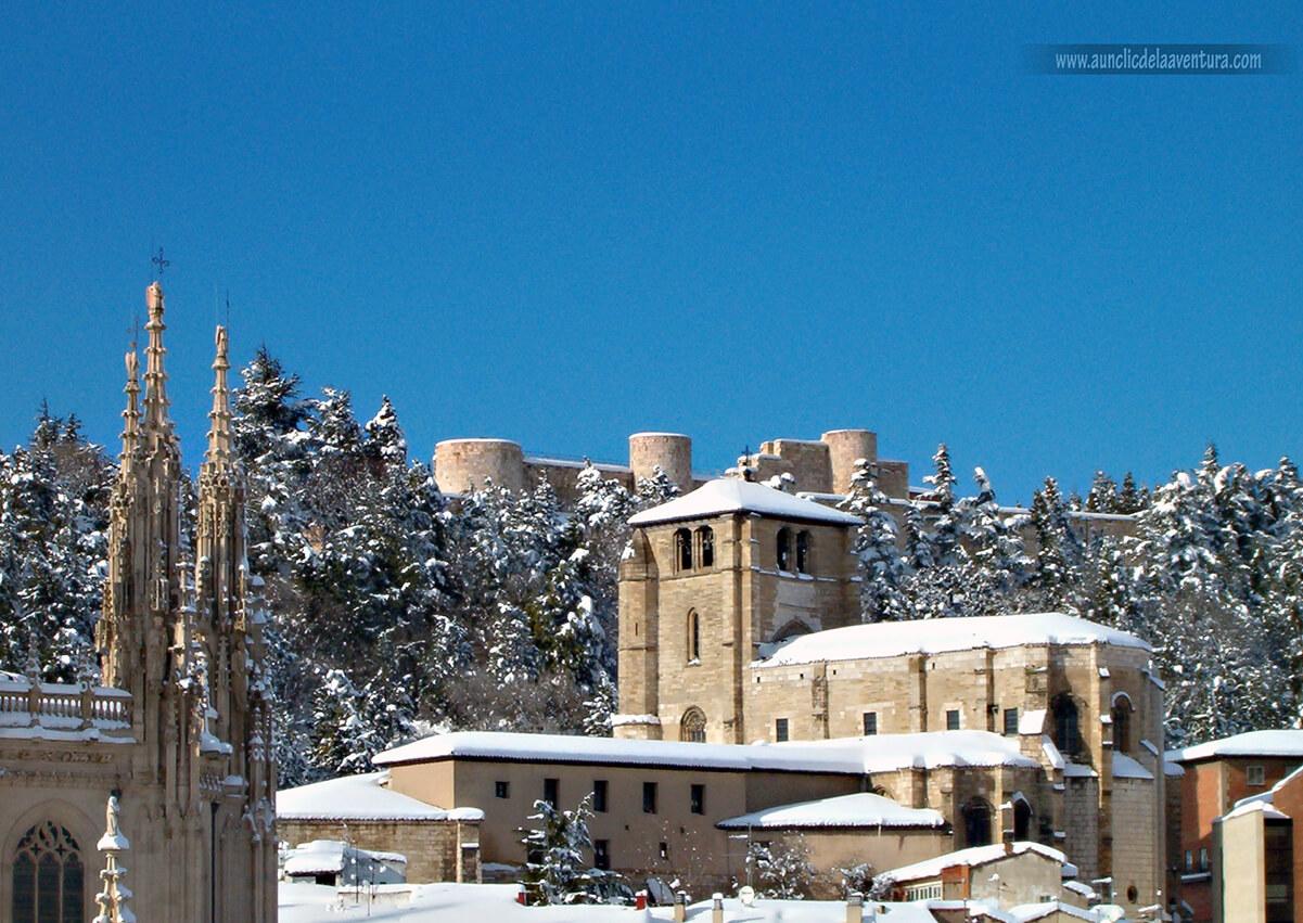 Iglesia de San Esteban con el Castillo al fondo
