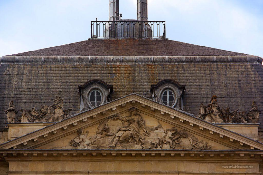 Esculturas clásicas en la Plaza de la Bolsa de Burdeos