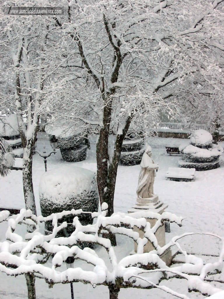 Una de las estatuas de los cuatro Reyes del Paseo del Espolón, nieve en Burgos