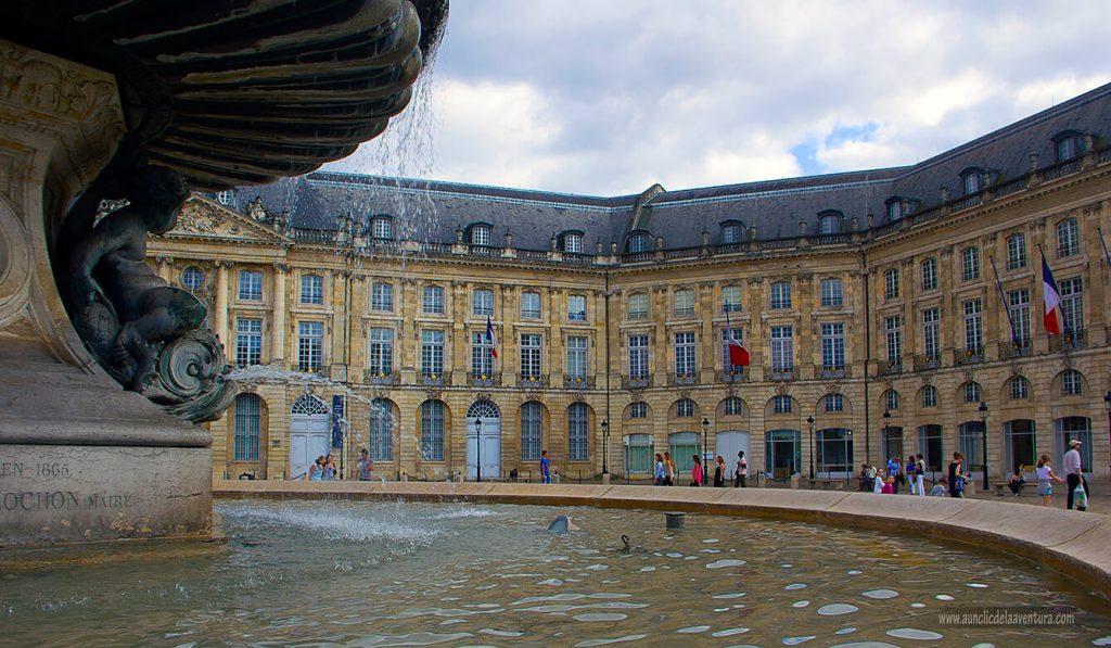 Edificios de la Plaza de la Bolsa con la Fuente de las Tres Gracias en primer plano