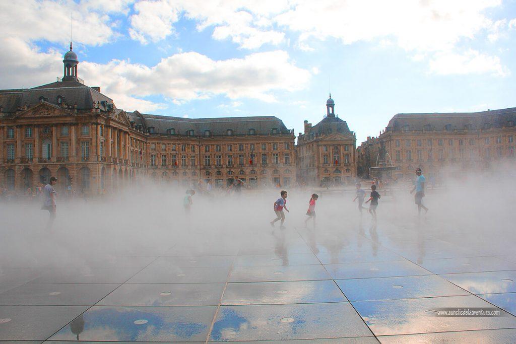 Jugando entre la niebla en el Espejo de Agua de la Place de la Bourse de Burdeos