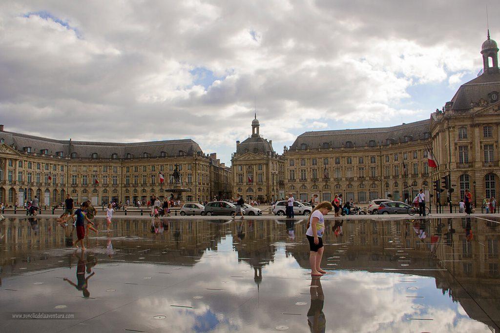 Reflejos de la Plaza en el Espejo de Agua de la Place de la Bourse de Burdeos