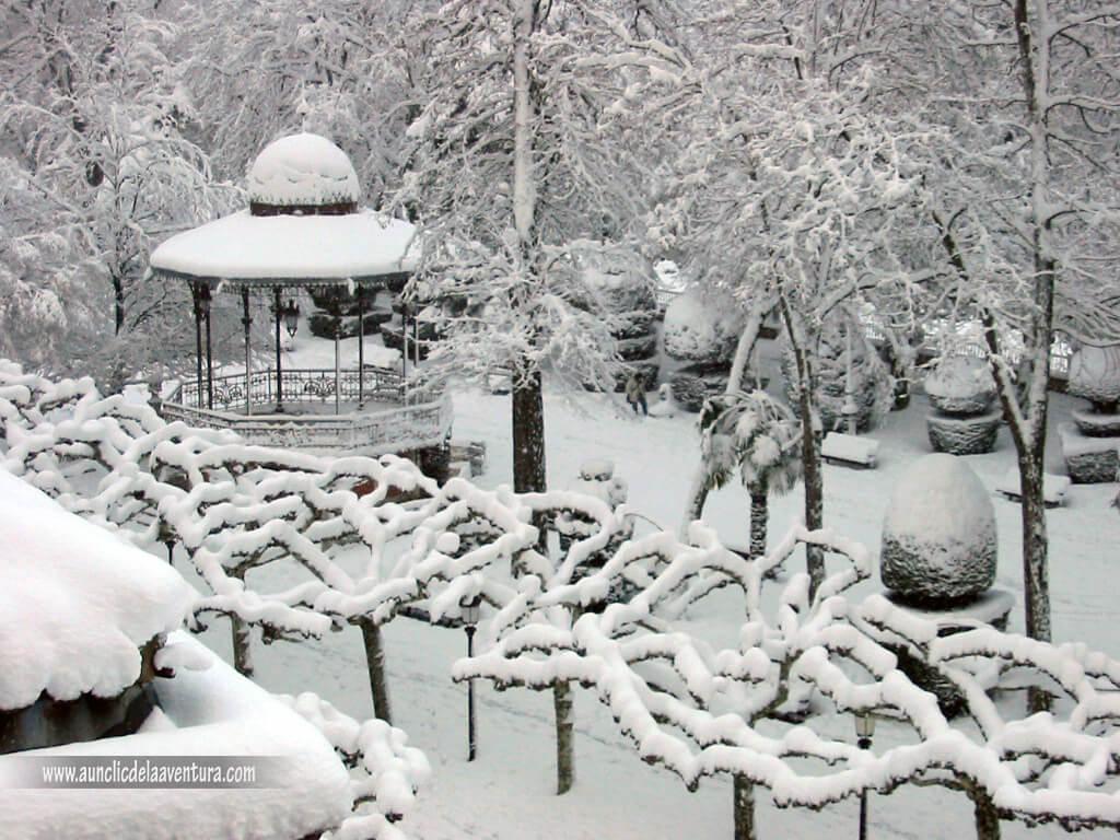 Templete del Paseo del Espolón nevado