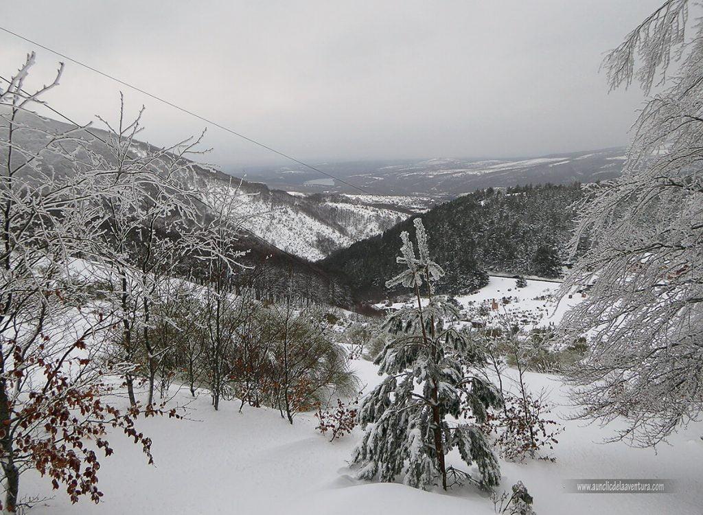 Vista desde la parte superior de la pista de esquí con el pantano de Arlanzón al fondo - nieve en Pineda de la Sierra