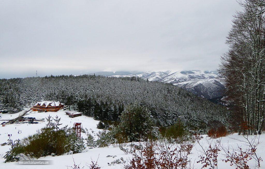 Refugio de montaña con nieve en Pineda de la Sierra
