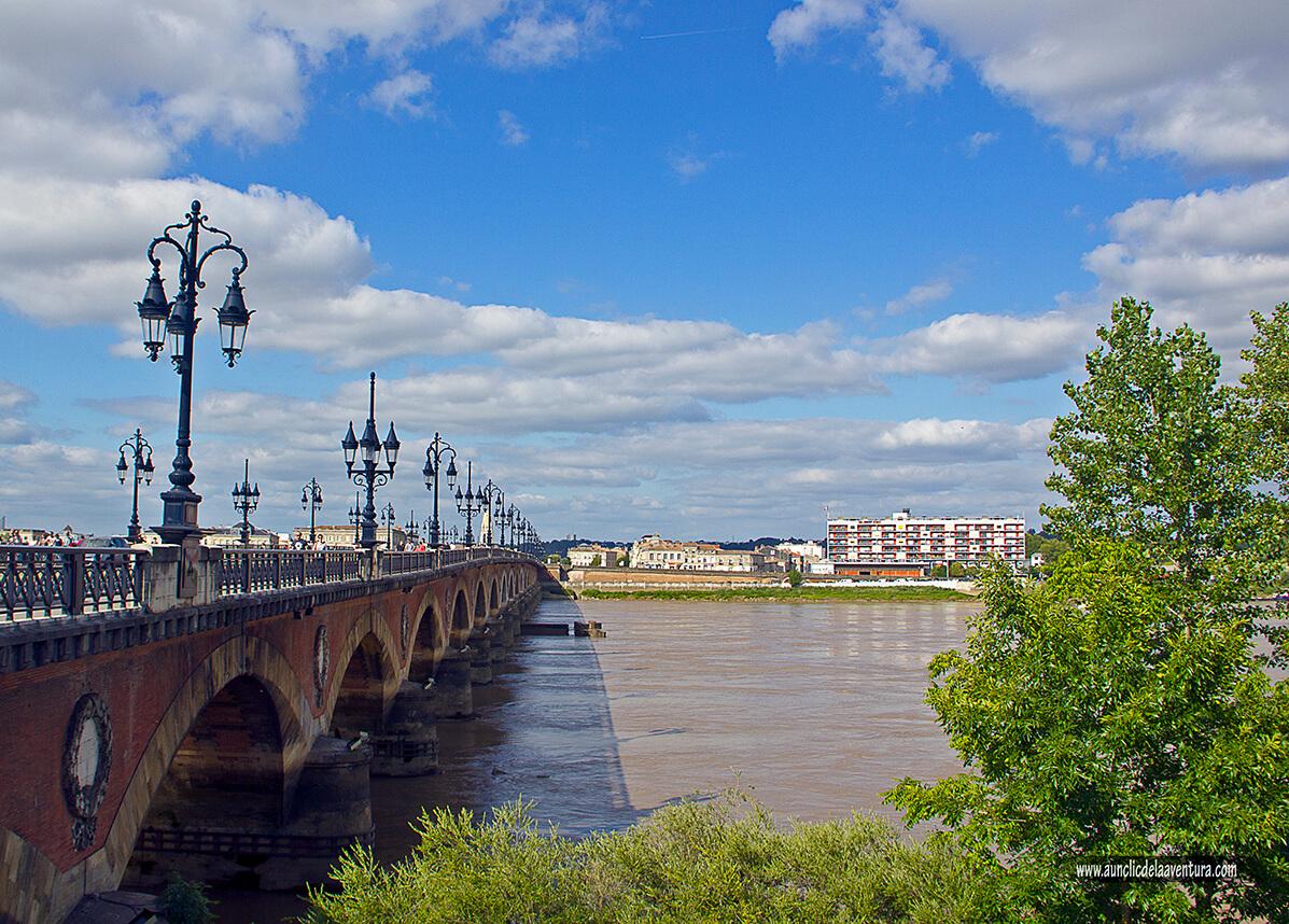 Puente de piedra sobre el río Garona