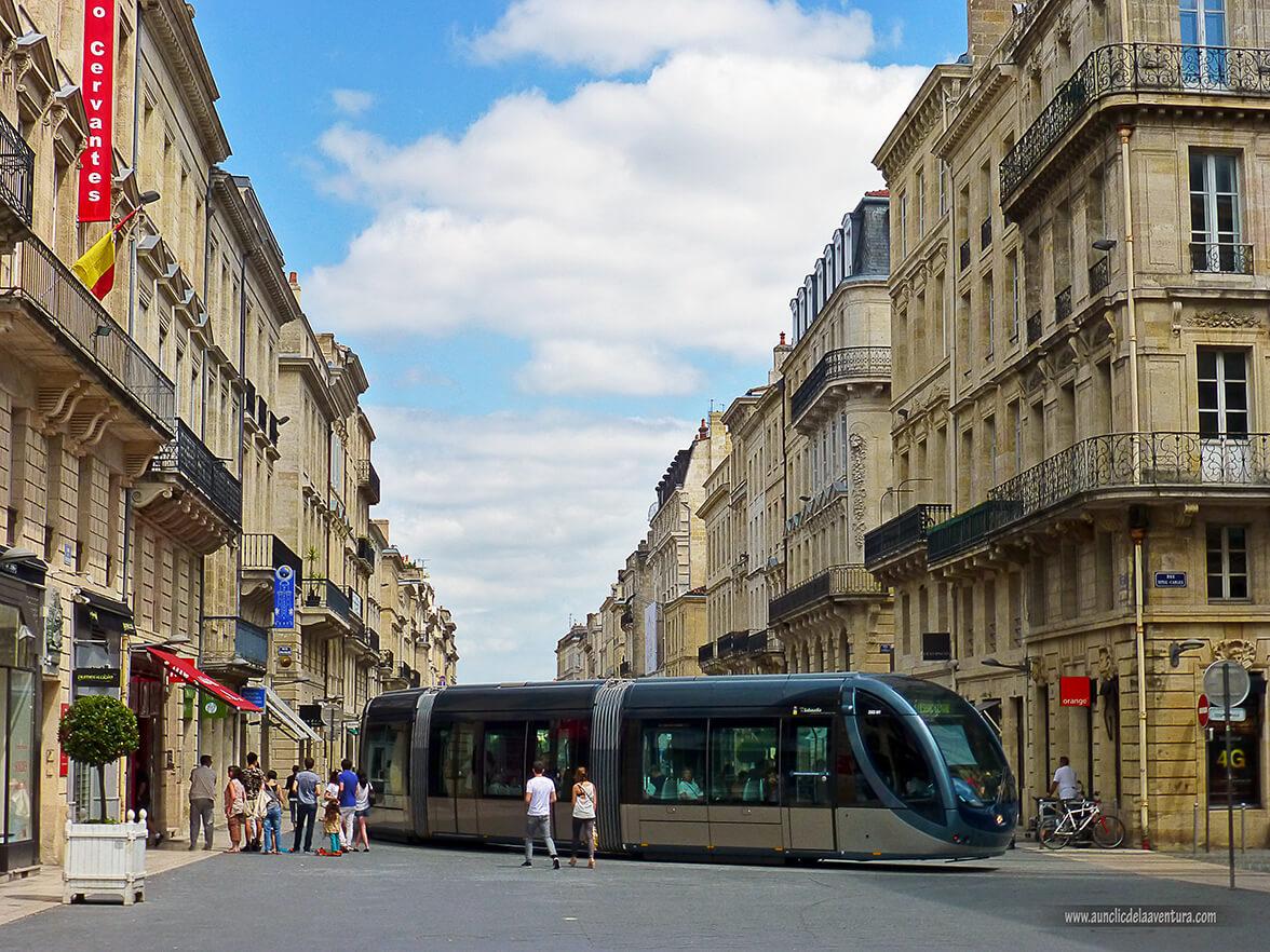 Tranvía eléctrico en el centro histórico de Burdeos