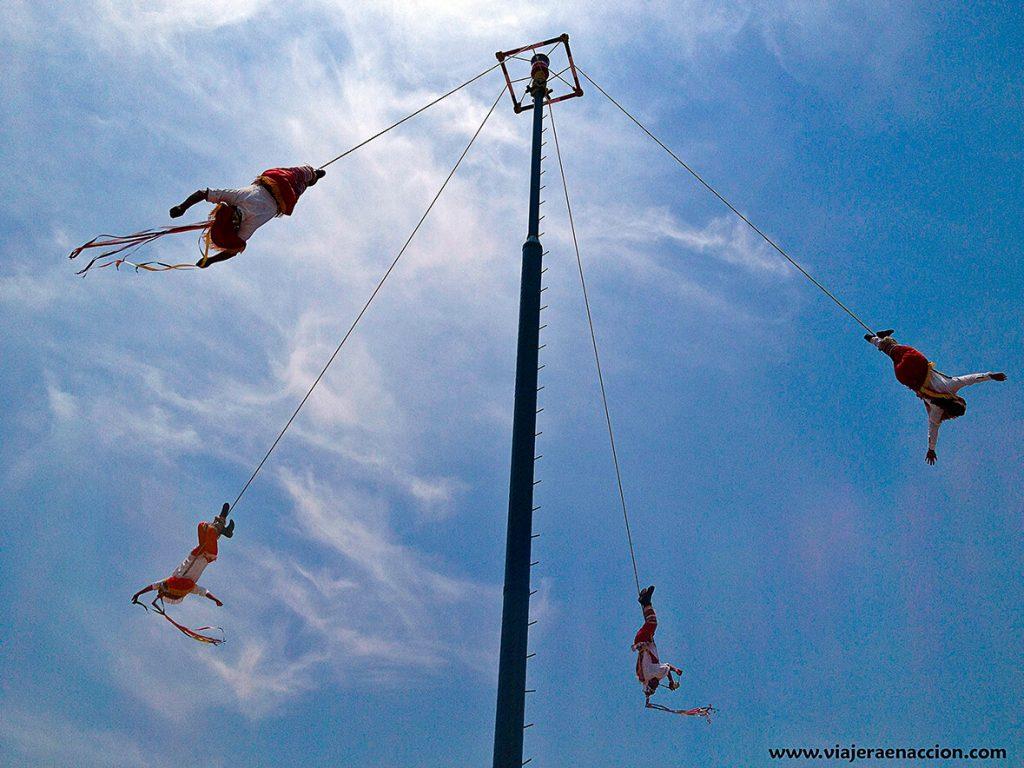 Voladores de Papantla en Cholula - pueblos mágicos de México