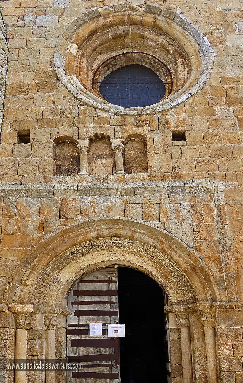 Portada románica de la iglesia de Nuestra Señora del Castillo