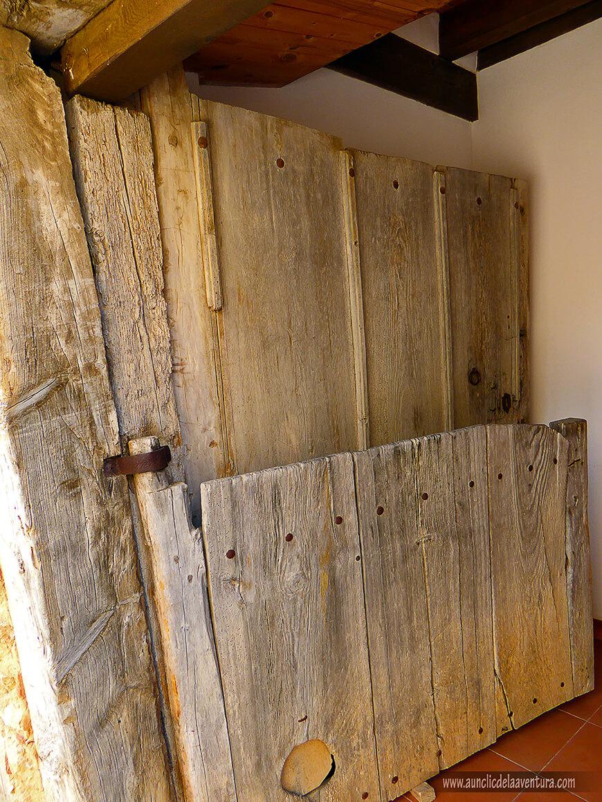 Puerta típica con postigos a media altura