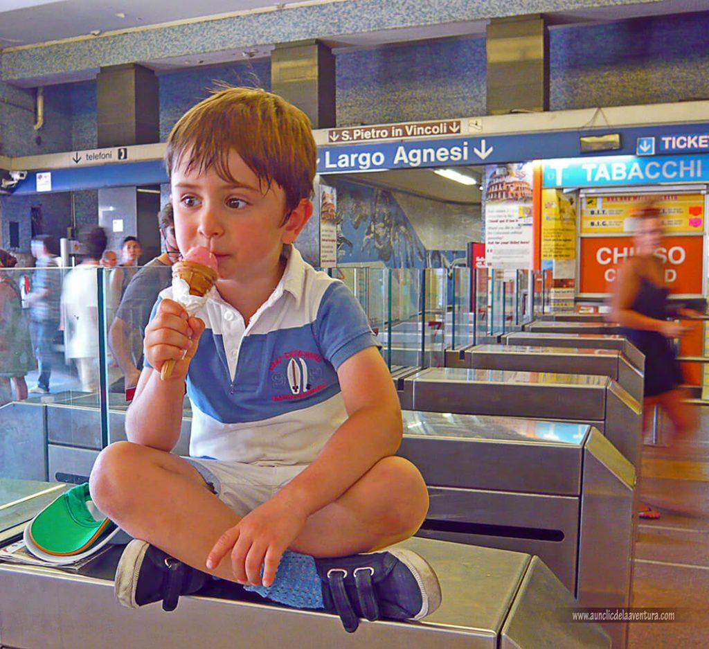 Comiendo un helado - Consejos para visitar Roma