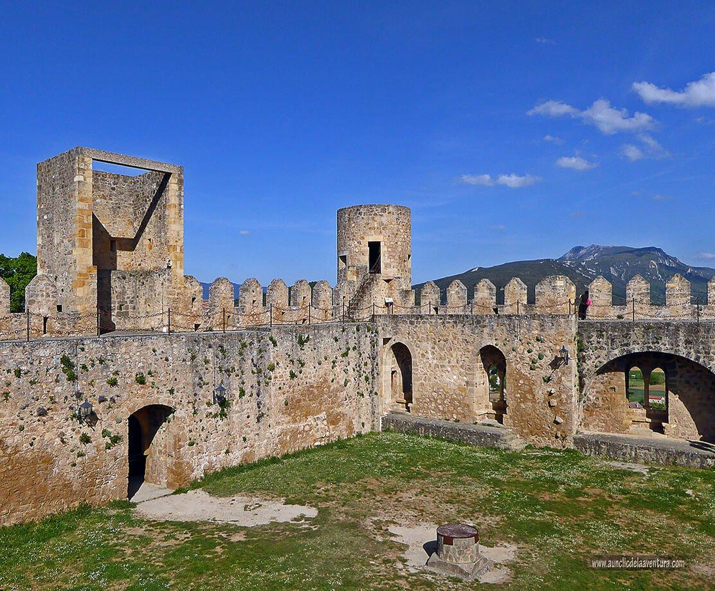 Patio de armas y murallas del Castillo de Frías
