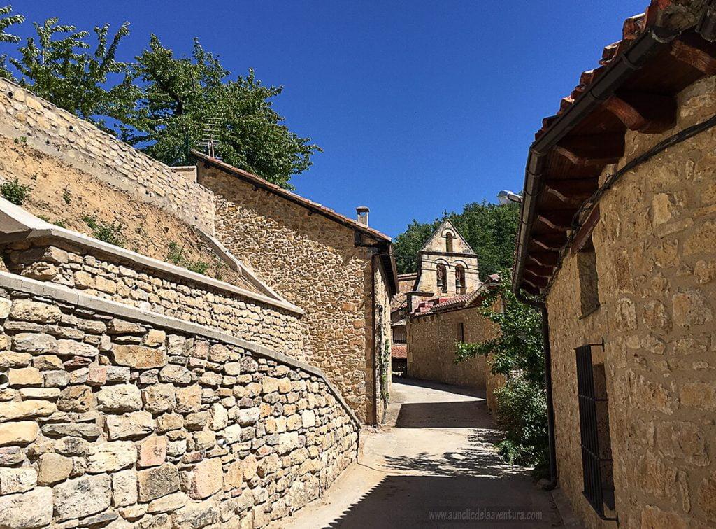 Calle de Valdelateja con la iglesia de Santa Eulalia al fondo - ruta desde Valdelateja hasta la ermita de Castrosiero
