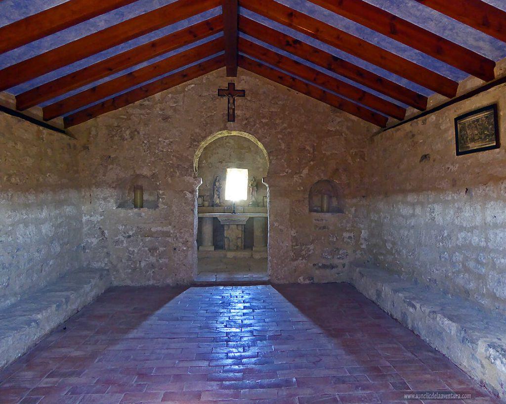 Interior de la Ermita de las Santas Elena y Centola - ruta desde Valdelateja hasta la ermita de Castrosiero