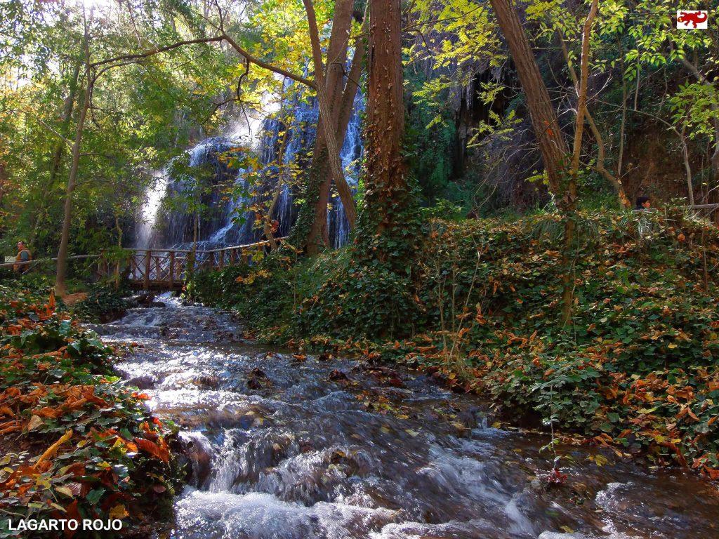 Una de las muchas cascadas en el Monasterio de Piedra