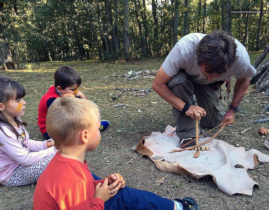 Aprendiendo cómo hacer fuego - planes en familia para hacer en Burgos