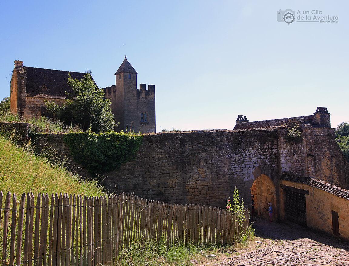 Calle de Beynac-et-Cazenac que da acceso al castillo