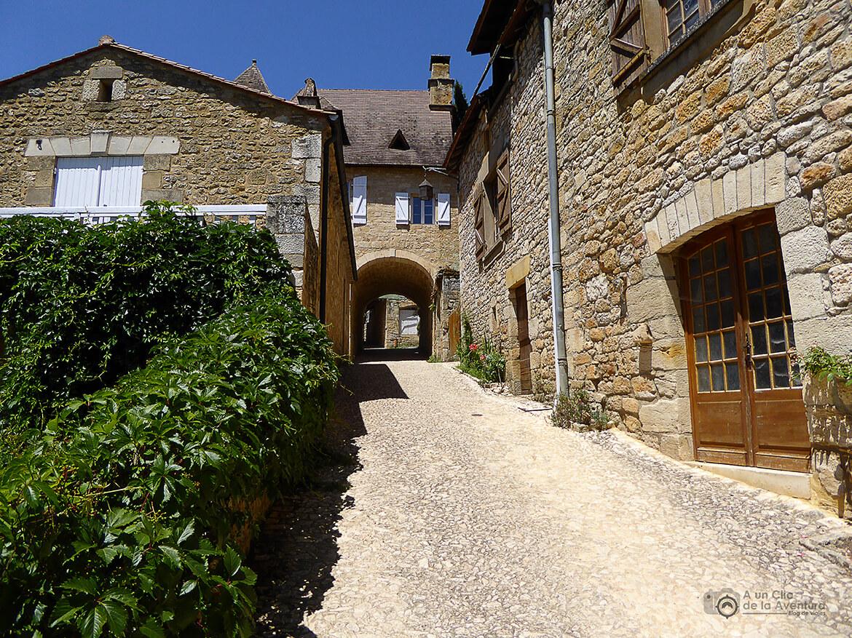 Las calles en cuesta son las más comunes en Castelnaud- visitarCastelnaud y Beynac-et-Cazenac