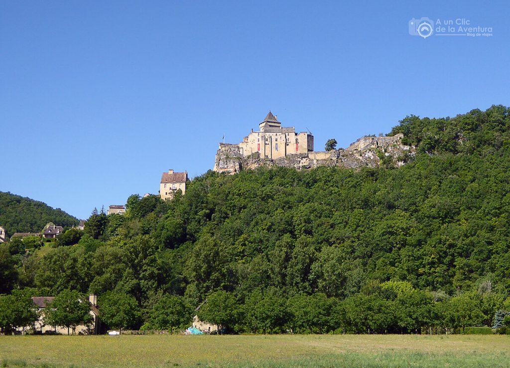 Vista del Castillo de Castelnaud sobre su promontorio rocoso en el Perigord Negro