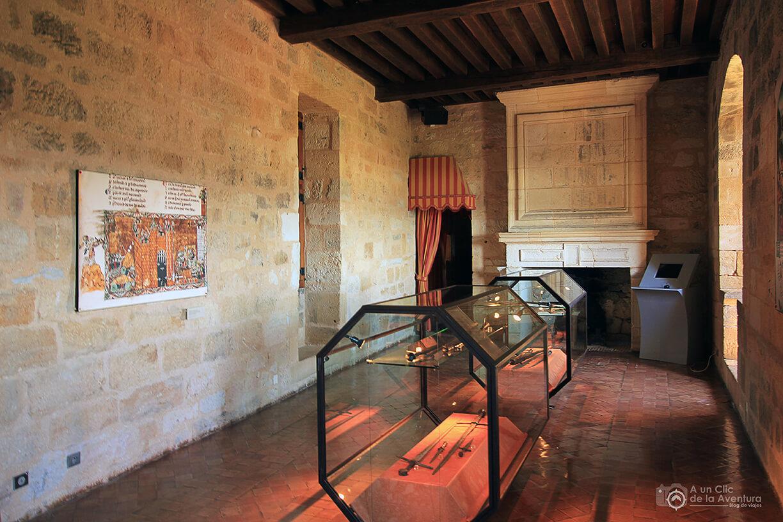 Una de las estancias del Castillo de Castelnaud con parte de la exposición de armas