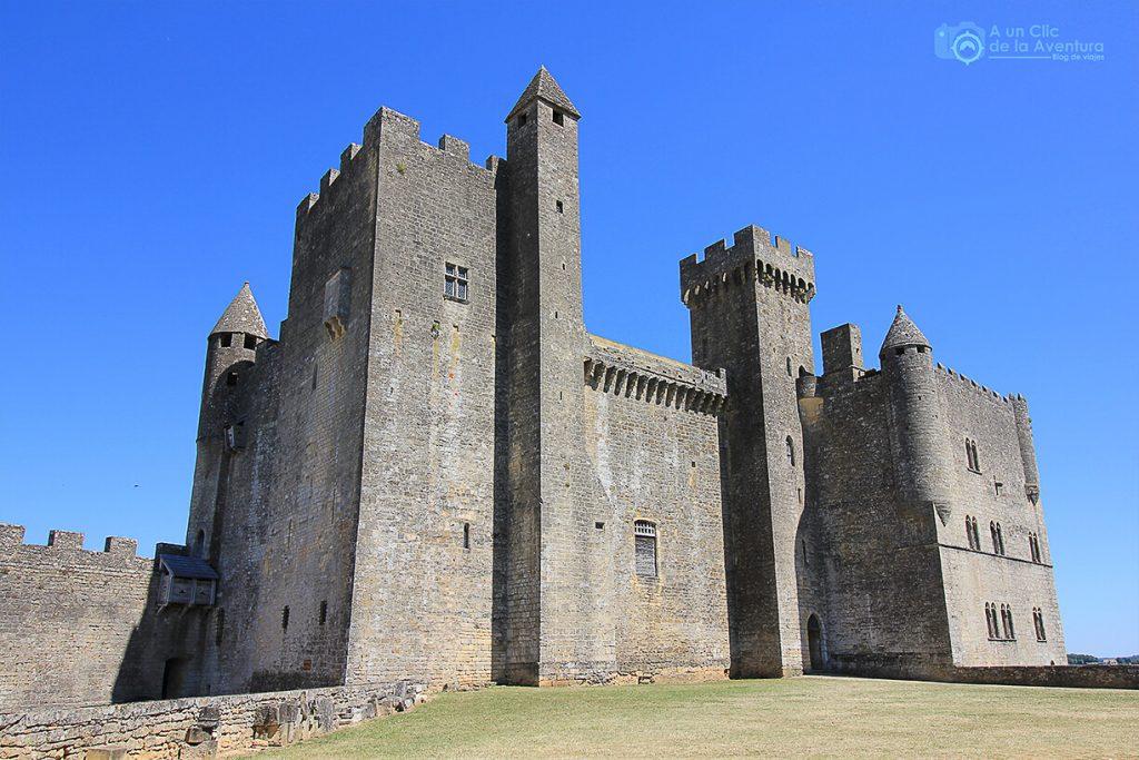Fachada principal del Castillo de Beynac - viajar a Francia
