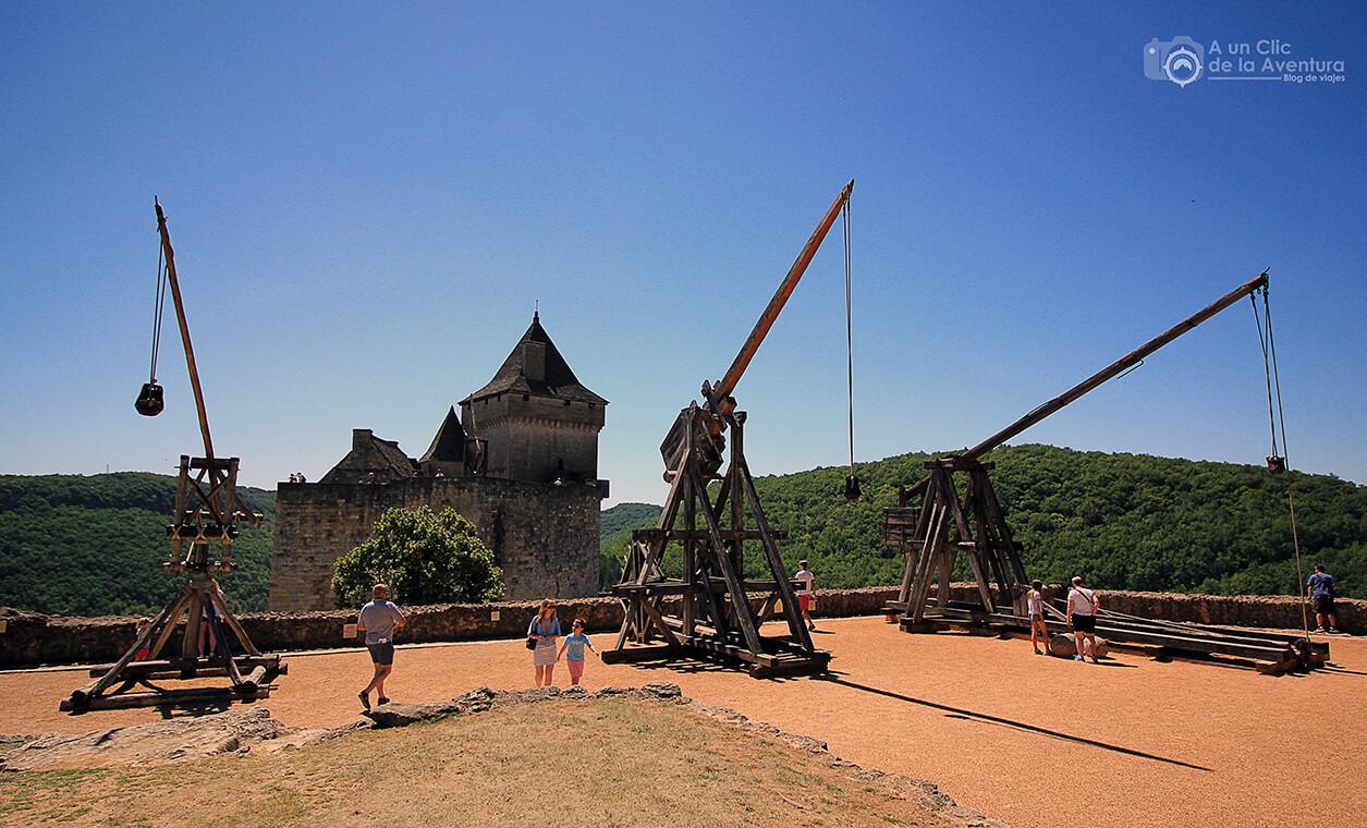 Terraza superior del Castillo de Castelnaud con la muestra de máquinas de asedio