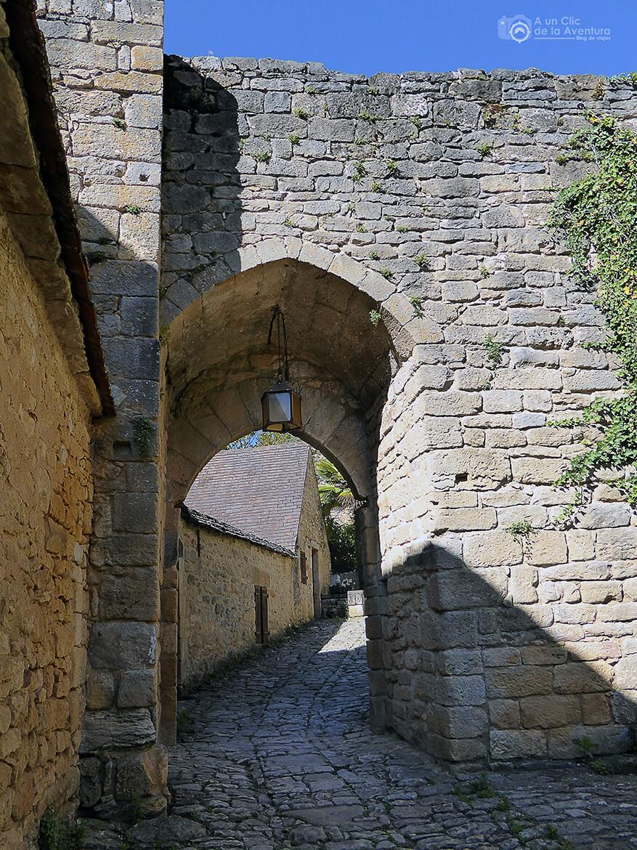Una de las puertas de la muralla de Beynac-et-Cazenac- visitarCastelnaud y Beynac-et-Cazenac