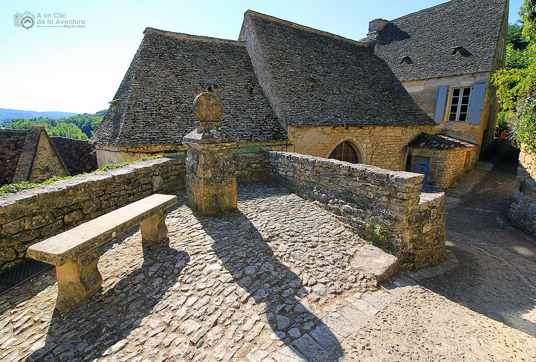 Un rincón para descansar un poco las piernas en Beynac-et-Cazenac- visitarCastelnaud y Beynac-et-Cazenac